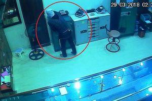 Nghệ An: Truy tìm tên trộm đột nhập tiệm vàng trong đêm 'cuỗm' 700 triệu đồng