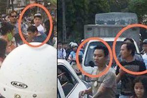 Bị nhắc đỗ xe bừa bãi, nhóm thanh niên đuổi đánh người đàn ông chở 2 cháu nhỏ