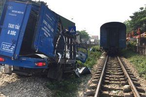 Hà Nội: Ôtô bị tàu hỏa đâm biến dạng khi vượt qua đường sắt
