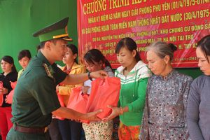 Tặng quà cho các hộ dân có hoàn cảnh khó khăn khu vực ven biển Phú Yên