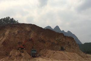 Khai thác đất trái phép tại Hòa Bình kỳ 1: Xe chở đất 'cày' nát đường, chính quyền nói không biết