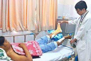 Một công nhân bị dây cáp cắt đứt cổ chân