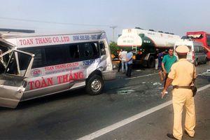 Hàng loạt xe đâm nhau trên cao tốc do người dân đốt đồng
