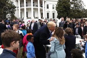 Ông Donald Trump tình tứ hôn phu nhân Melania trong Lễ Phục sinh