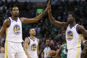Warriors dự tính đưa Durant và Green xuống đánh hậu vệ dẫn bóng
