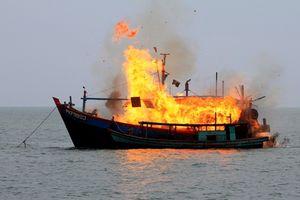 Tàu cá phát hỏa, 4 ngư dân ôm phao nhảy xuống biển