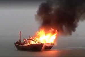 Tàu cá bốc cháy, 4 ngư dân ôm phao nhảy xuống biển thoát thân