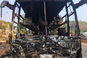 Xe giường nằm cháy rụi trên quốc lộ 14