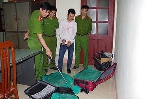Bắt giữ đối tượng vận chuyển 3 vali chứa 130kg rắn hổ mang