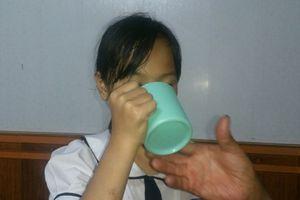 Xem xét chấm dứt hợp đồng với cô giáo phạt HS súc miệng bằng nước vắt giẻ lau bảng