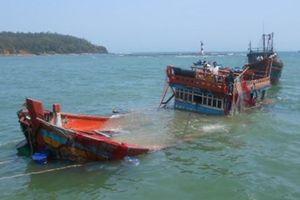 Tàu lạ đâm chìm 2 tàu cá rồi bỏ chạy, 19 thuyền viên gặp nạn