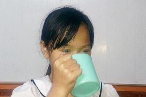 Cô giáo bắt học sinh lớp 3 súc miệng bằng nước giặt giẻ lau bảng