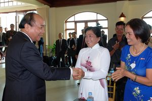 Thủ tướng tặng quà cho kiều bào nghèo ở Campuchia