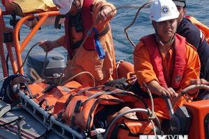 Đưa ngư dân nghi bị tai biến trên vùng biển Hoàng Sa về bờ điều trị