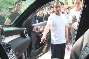 Tạm giữ nghi phạm người Trung Quốc đập kính xe Mercedes trộm 3 tỉ đồng