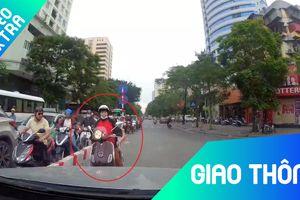 Chạy ngược chiều, người phụ nữ chạy xe máy bị ôtô ép về đúng làn đường