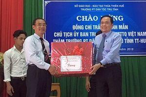 Chủ tịch MTTQ Việt Nam tặng quà học sinh dân tộc