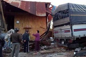 Xe tải lao vào nhà dân trong đêm, 'khổ chủ' may mắn thoát chết