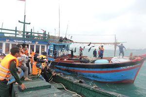 Đưa tàu cá và 12 ngư dân bị nạn về đảo Lý Sơn