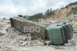 Đang vào bãi khai thác, xe chở đá lật đè chết một công nhân