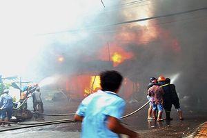 Hiện trường vụ hỏa hoạn tại Tiền Giang, nhiều nhà dân bị lửa thiêu rụi