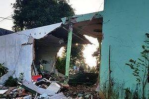 Xe ben đâm sập 3 nhà dân, nhiều người may mắn thoát nạn