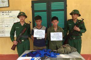 Bắt 2 đối tượng tàng trữ súng K54 mang 26.817 viên ma túy tổng hợp