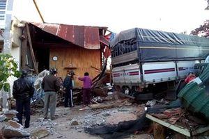 Xe tải tông sập nhà dân, 4 người trong 1 gia đình may mắn thoát nạn