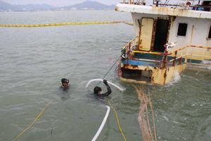 Trục vớt tàu chìm trên vùng biển Quy Nhơn: Thời tiết xấu 'kéo lùi' tiến độ triển khai