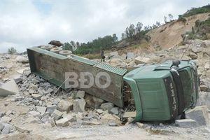 Lật xe kéo rơ-mooc trong bãi đá đè tử vong 1 công nhân