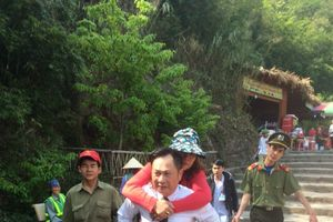 Cấp cứu một phụ nữ bị trượt chân trên đỉnh thiêng Yên Tử