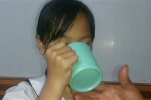Bắt học sinh uống nước giặt giẻ lau bảng: Tình tiết lạ