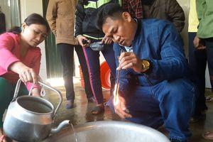 Giếng nước sinh hoạt của người dân bất ngờ bị nhiễm dầu nặng