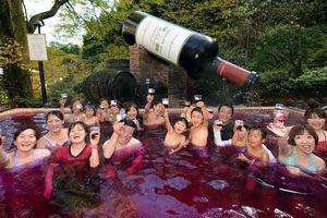 Bể bơi cho du khách tắm trong vang đỏ, trà xanh