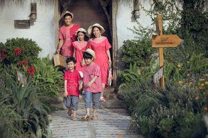 Gia đình MC Phan Anh rạng rỡ sắc hồng trình diễn thời trang