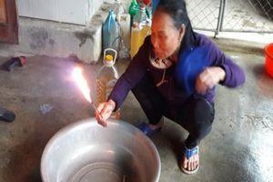 Người dân lên núi lấy nước sinh hoạt sau khi nước giếng bốc cháy