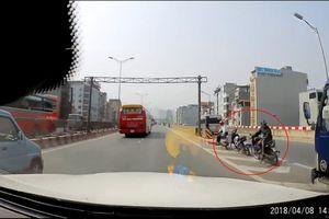 Bức xúc cảnh xe ôm quay đầu đón khách trên tuyến đường vành đai 3 trên cao