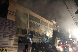 TP HCM: Cháy lớn ở nhà máy bánh kẹo ABC, hàng trăm chiến sĩ PCCC dập lửa