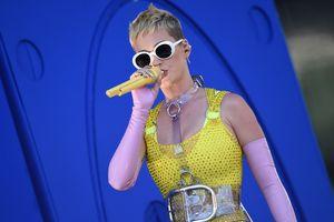 Katy Perry đội nón lá, nói 'xin chào' và 'cảm ơn' ngay trên sân khấu tour Singapore