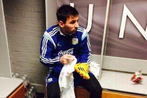 Hình ảnh Messi được treo tại lò đào tạo của... Man United