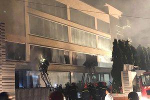 TP HCM: Cháy rất lớn ở nhà máy bánh kẹo ABC, huy động hơn 10 xe cứu hỏa