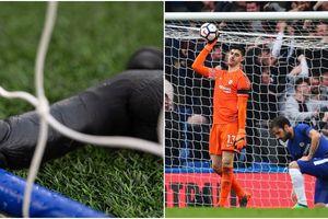 Ném vật nhạy cảm xuống sân, CĐV West Ham muốn chọc tức các cầu thủ Chelsea