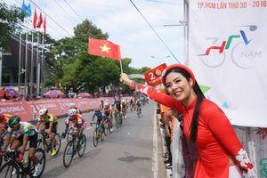 HH Ngọc Hân đội nắng cổ vũ chiến thắng của Thành Tâm