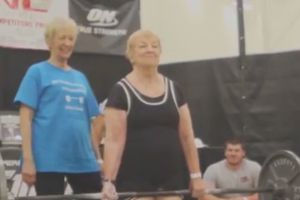 Cụ bà 97 tuổi thi nâng tạ khiến thanh niên... 'lè lưỡi'