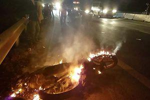 Triệu tập tài xế ôtô bỏ trốn sau khi tông cháy xe máy