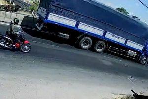 Clip: Tông trúng xe đầu kéo, tài xế xe tải tử vong trong cabin
