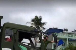 Clip: Tài xế kéo CSGT trên nóc cabin, đâm hỏng xe máy công vụ của CSGT