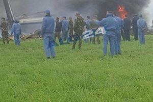 Khói bốc nghi ngút tại hiện trường rơi máy bay quân sự ở Algeria khiến hơn 100 người thiệt mạng