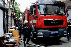 Cảnh sát cứu cụ ông 71 tuổi kẹt trong căn nhà cháy
