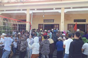 Bức xúc 'cát tặc', người dân vây kín trụ sở xã phản đối